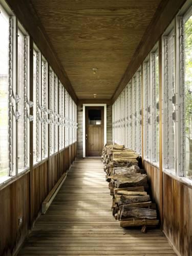 Artist's Residence and Studio - Sagaponack NY - Photo looking down hallway - Selldorf Architects